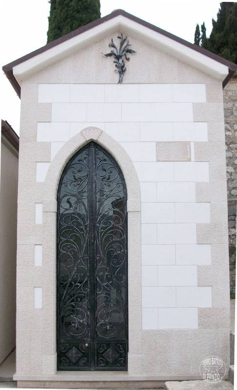 Ogival door in wrought iron