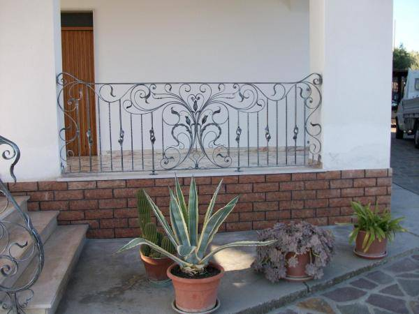 Exterior railing in wrought iron for small balcony