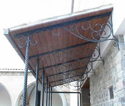 Canopy with twisted pillars in wrought iron