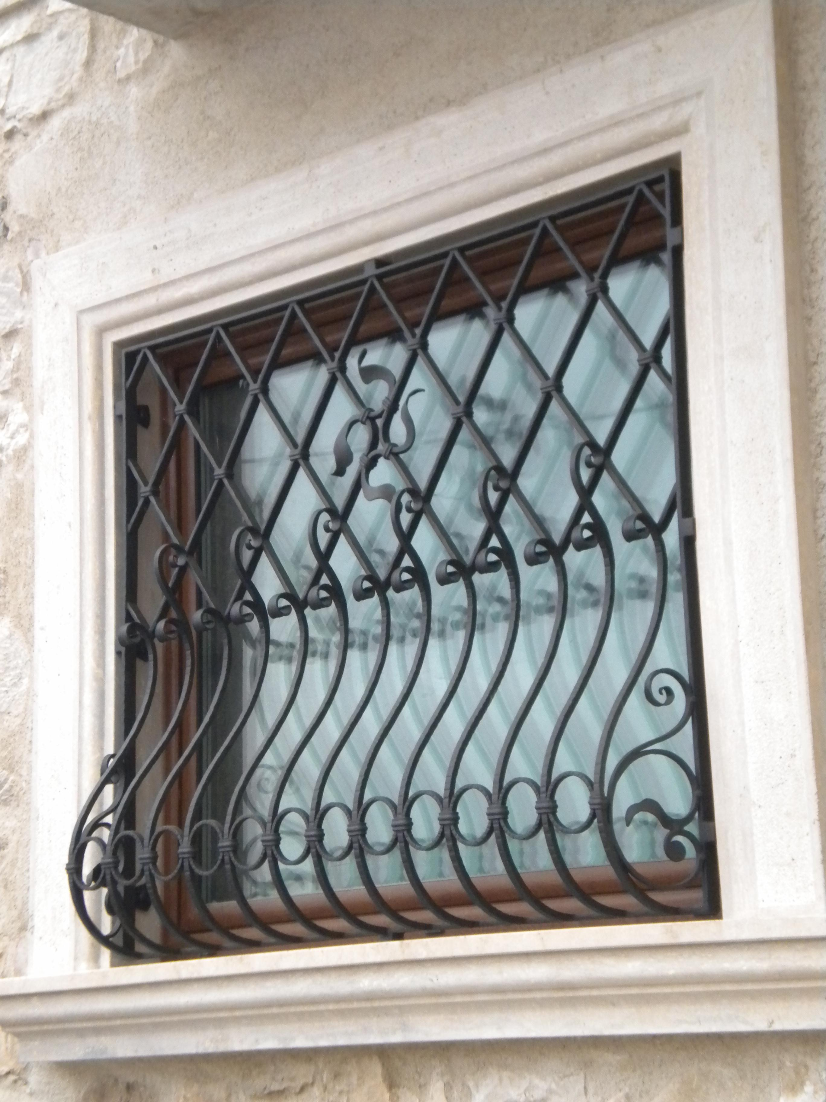 Wrought iron grilles and protections gates grille for for Fenetre fer forge